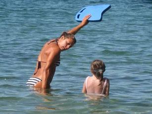 Apprentissage de la natation, Marion Coach apprend à un enfant une leçon de nage
