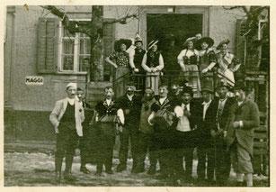 Luthern Bad, Fasnachtsgruppe mit Handörgeler vor Gasthaus Hirschen