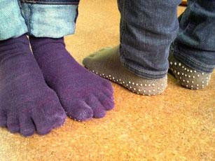 おソロの靴下。実はどちらも私が中古のものを以前もらってもらったモノです。