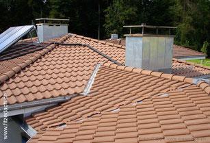 Fitze Dach AG kompiziert geformtes Steildach mit Pfannenziegeln versehen. Es zeigt, mit welcher Präzision Fitze Dach AG Mitarbeiter die schwierigsten Aufgaben lösen können.