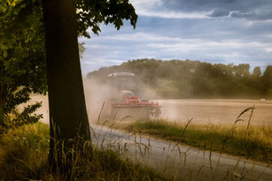 Traktor auf Getreidefeld-Staub
