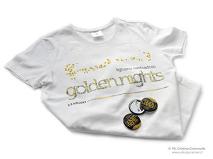 T-shirt sfiancata personalizzata Golden Nights Lignano Sabbiadoro e button badge