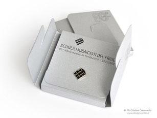 spilla corporate - spilla argentata con smalti - Anniversario  Scuola Mosaicisti Spilimbergo Friuli