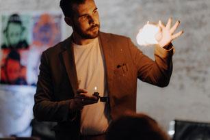Zauberer für Schweinfurt lässt Karten fliegen