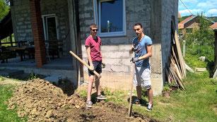 """Gartenarbeit beim """"Vikendica"""" von Dragans Familie"""