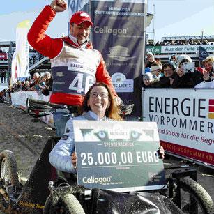 Cellagon Geschäftsführerin Frauke Berner mit dem Spendenscheck . Foto: Experiarts Entertainment-S. Stuhr