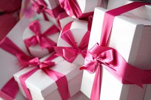 romantisch verpackte Geschenke mit Schleife