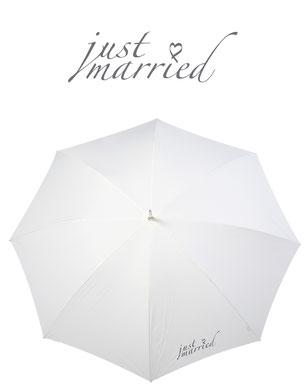 Schirm in ivory mit Schriftzug Just married