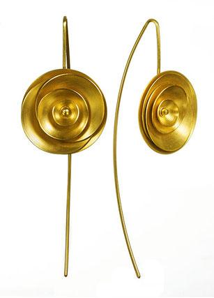 Die Ohrhänger ORBIT aus goldplattiertem Silber sind aufregend schön und zeitlos stilvoll. Ihre Gestalt erinnert an eine Blüte. Ob in Jeans, Sommerkleid, Businesslook oder Abendgarderobe - ORBIT lässt Sie stilvoll, attraktiv und selbstsicher auftreten.