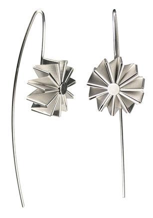 Die Ohrhänger MULINO aus Silber sind außergewöhnlich und federleicht. Ihre Form erinnert an eine Blume oder ein Windrad. Jedem Betrachter zaubern sie ein Lächeln auf die Lippen, weil sie überraschend und erfrischend außergewöhnlich sind.