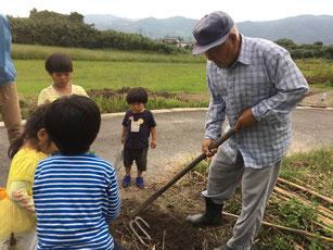 アサヒ薬局では老人と子どもを繋ぐ畑体験をしています 佐賀 アサヒ薬局 ホームページ