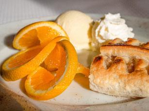 heißer Apfelstrudel mit Vanilleeis und Schhlagsahne
