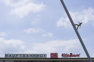 """Auf der Mitte des Friedrichsplatzes stand während der d9 der heimliche Publikumsliebling: """"Man walking to the sky"""" - der Himmelsstürmer - von Jonathan Borowsky."""