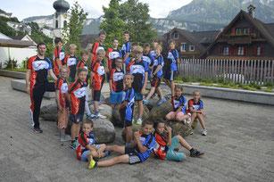 Einige Jugendriegler des STV Gersau und ihr Leiter DaNi posieren mit dem neuen T-Shirt.