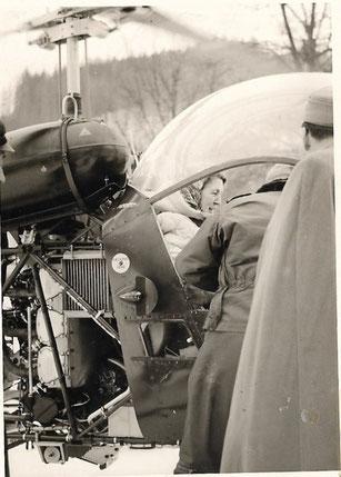 Die Landärztin im Hubschrauber, der sie zu einem Verletzten auf die Wurzeralm bringt 1960