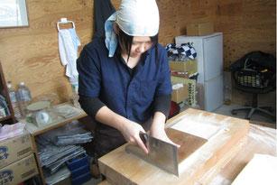 鳥取県日南町、ときわすれ清水屋の蕎麦打ち体験が人気。