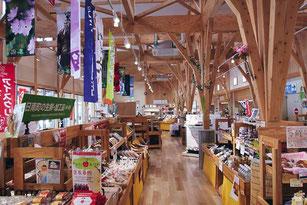 農産物やお土産など、品揃えが充実した道の駅にちなん日野川の郷