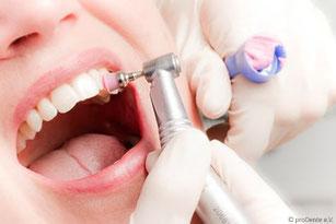 Schwangere und junge Mütter sollten regelmäßig zur Professionelle Zahnreinigung (PZR)