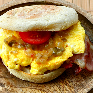 Frühstücks Burger mit Gurkenrelish
