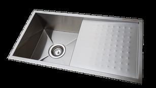 Fregadero bajo encimera o sobre encimera de acero inoxidable con escurreplatos integrado.