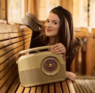 Alma Cilurzo Singer Songwriterin Jazz und Pop aus Luzern Schweiz mit replika eines alten Radios