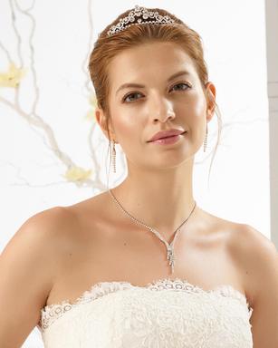 Braut im Brautkleid mit Diadem