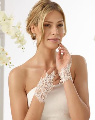 Braut im Brautkleid mit Spitzenhandschuhen
