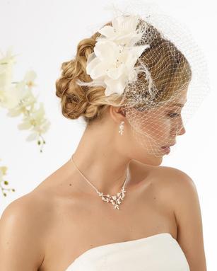 Braut im Kleid mit Kopfschmuck