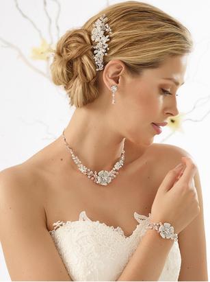 Braut mit Collier und Armschmuck sowie Kopfschmuck