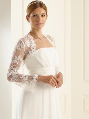 Braut im Brautkleid trägt Bolero aus Spitze