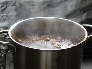 野菜が溶けるまで煮込みます。