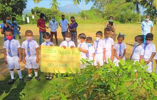 21年2月、入学式を記念して新1年生が 1 本ずつ苗木を植え る「ラブグリーンキッズプログラム」を実施。