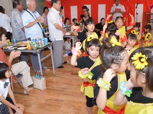 祝賀会で園児らがダンスを披露し、会場に華を添えた=14日、同保育園