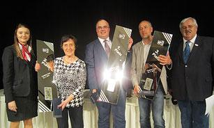 Sarah Matz (Casino Linz) und Organisator Karl Hass gratulieren den Tarocksiegern 2017