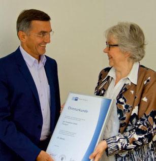 Die IHK Stuttgart gratuliert Herrn Gut zum 25-jährigen Firmenjubiläum