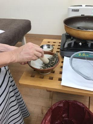 乾燥させたヨモギをすり鉢ですっているところ