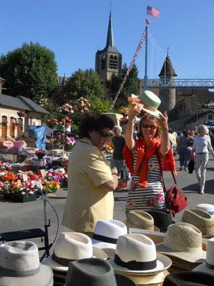 Op de markt in Moulins Engilbert een hoedje voor de zon kopen... en daarna een cappuccino op het pleintje bij de kerk.