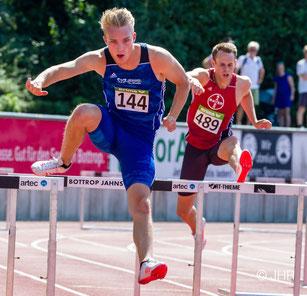 Das Archivfoto von Jan-Hendrik Ridder zeigt Henry Vißer beim 400-m-Hürdenlauf bei den NRW-Meisterschaften in Bottrop.