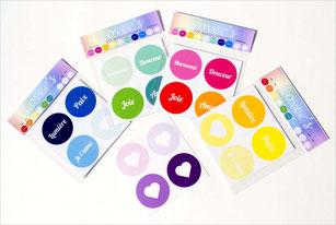 Les Lover's sont des stickers aux couleurs de l'arc en ciel, avec des mots doux pour embellir notre quotidien : Douceur, Paix, Lumière, Je t'aime, Harmonie, Joie, Amour