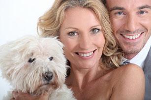 Hundetrainer glückliche Familie mit Hund