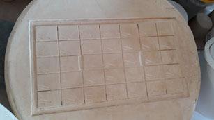 Plâtre utilisable sur les deux faces - ici pour estamper des plaques de progressions silice-alumine