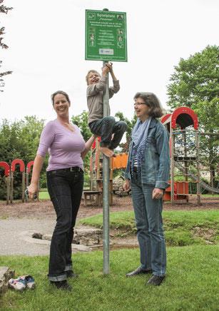 Vizevorsitzende Melanie Tritschler (links), Sohn Johannes und Vorsitzende Sibylle Strobel begutachten die neuen Schilder.