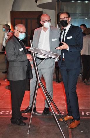 Stadtdechant Roland Winkelmann (l.) freute sich mit Daniel Wörmann (r.) über den Besuch von Oberbürgermeister Sören Link beim Jahresempfang 2021