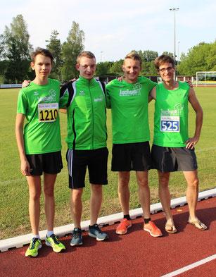 Die Resultate beweisen es: die vier Starter (vl) Jonas, Thomas, Felix und Simon sind hier vor ihren Wettkämpfen zurecht zuversichtlich
