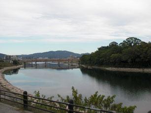 川の手前側は岡山城、反対が後楽園