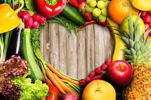 Obst und Gemüse in Herzform drapiert iss dich gesund Ernährungsberatung Aschaffenburg