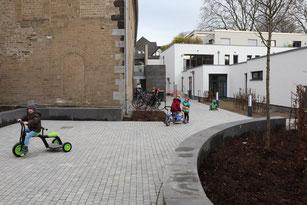 """Der neue Platz zwischen Basilika, Kita und Aloysianum wird vormittags zum """"Rollerparcours"""". (Foto: A. Fröhling)"""