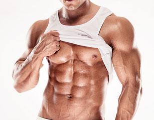 ein Bodybuilder zeigt unter seinem Hemd die hervortretenden Bauchmuskeln