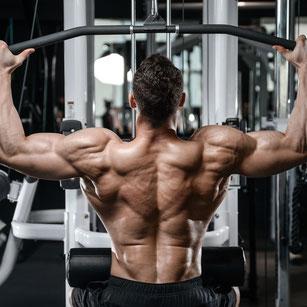Mann trainiert im Fitnessstudio den Rücken