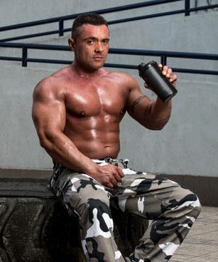 Bodybuilder mit extremer Muskelmasse